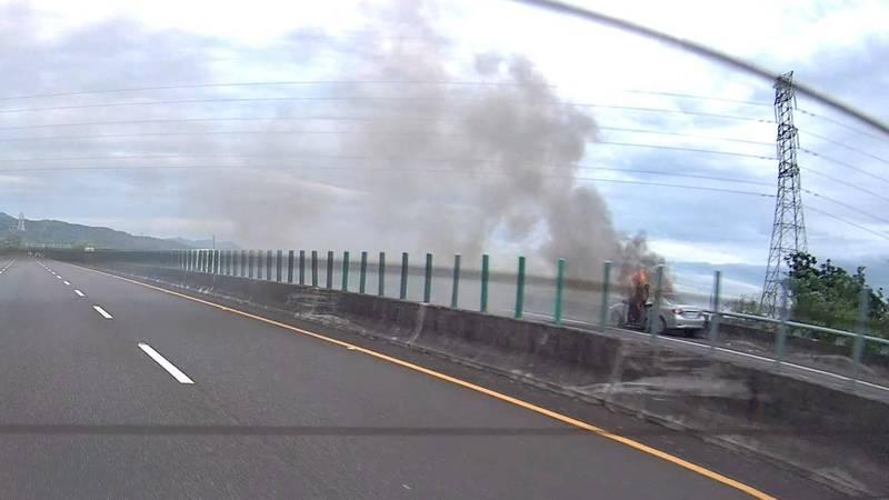 有網友拍到昨下午疑火燒車時的,小隊長謝政安下車身影。(翻攝自爆料公社)