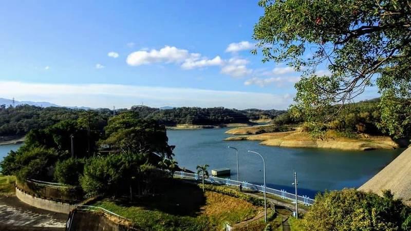 在地鄉土攝影師林桔春在臉書分享水庫逐漸恢復湖光山色美景,並推算永安橋應該已被水位淹沒而重回水底沈眠了。(圖由林桔春提供)