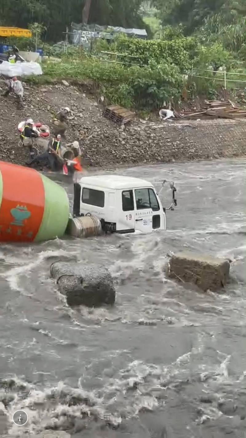 水泥車因溪水暴漲遭滅頂,駕駛緊急逃生。(記者李容萍翻攝)