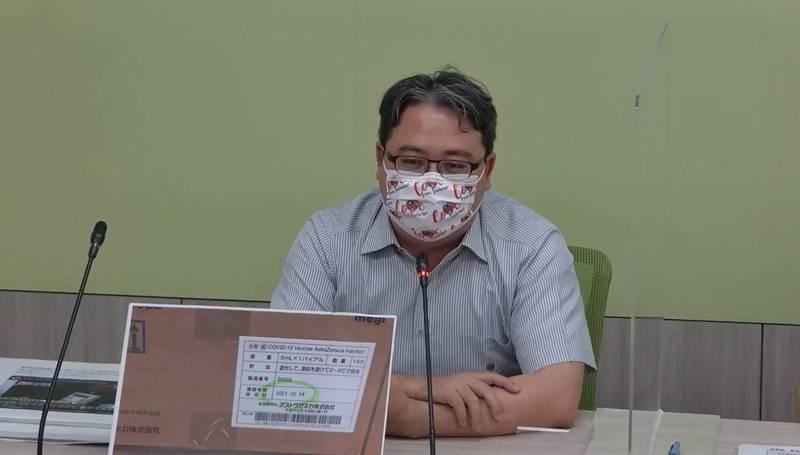 針對網傳日本政府贈送台灣的疫苗是過期的一事,民進黨立委黃世杰出示相關圖示強調,該新聞畫面是扭曲變造的。(翻攝網路)