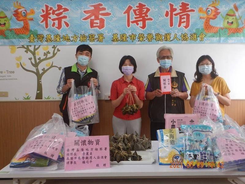 基隆地檢署防疫不忘關懷弱勢家庭,端午節前夕仍持續贈送物資(記者吳昇儒翻攝)