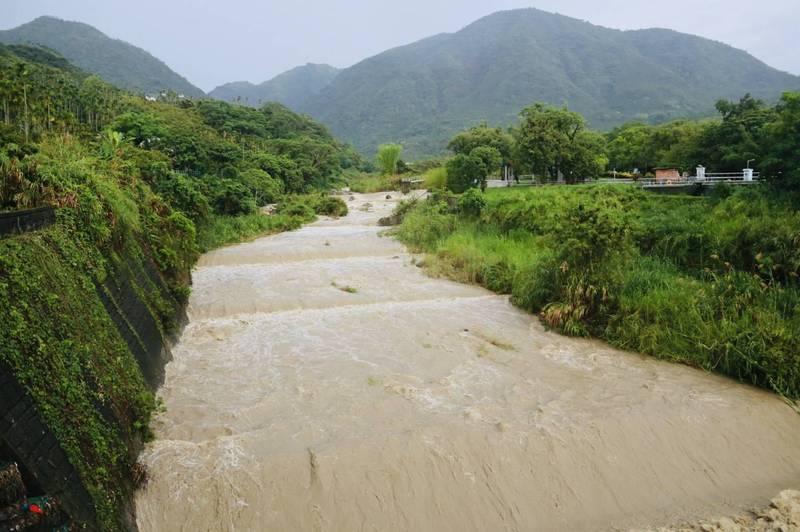 嘉義縣竹崎鄉檨仔寮時雨量達185.5毫米,牛稠溪溪水暴漲。(竹崎鄉公所提供)