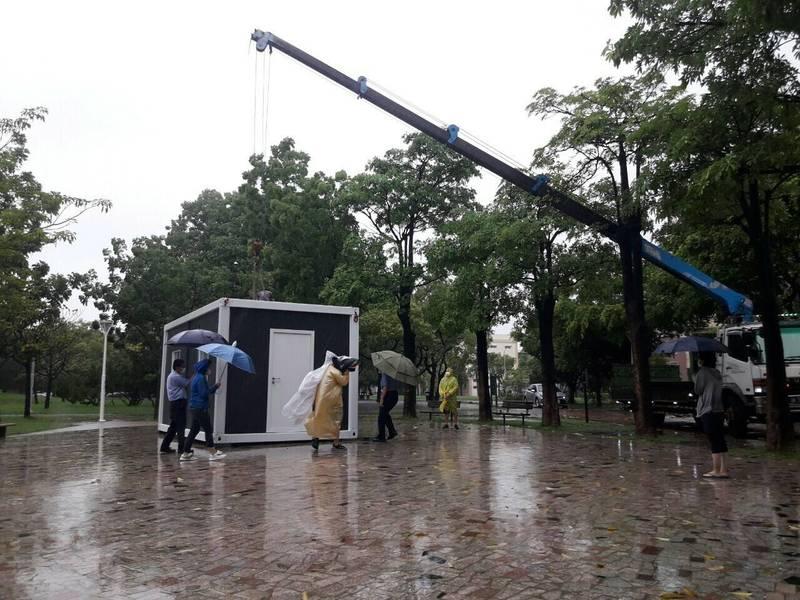 慈濟捐助在高雄路竹公園的社區快篩站,在上週日(6日)風雨中,志工仍不畏風雨架設完成。(高雄市衛生局提供)