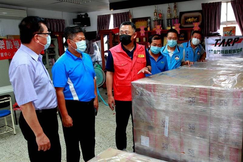 在國民黨中央協調下,金門縣政府提供144箱,共3456瓶酒精,供苗栗縣用於清消防疫。(國民黨提供)