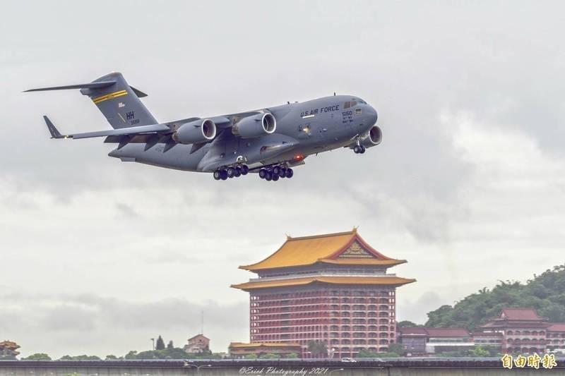 美國聯邦參議員蘇利文、達克沃絲以及昆斯,6日搭乘美軍C-17運輸機抵達北市松山機場。(資料照)
