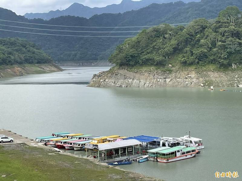 梅雨助攻,石門水庫蓄水率升至32.92%,原本都快擱淺的大壩碼頭遊艇跟著「水漲船高」。(記者李容萍攝)