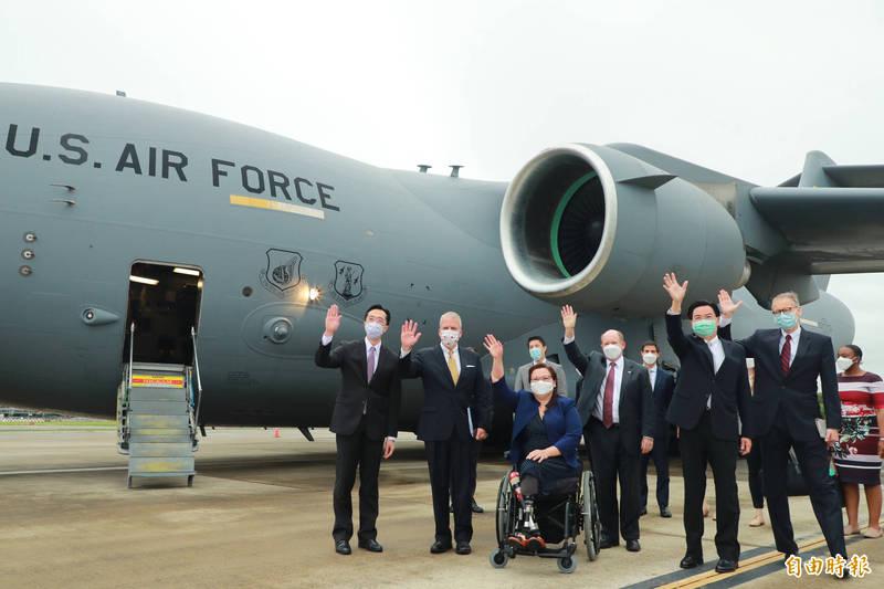 美國3位跨黨派參議員訪問團於6日,搭乘美軍C-17運輸機旋風式訪台,宣布捐贈台灣75萬劑武漢肺炎疫苗。(資料照)