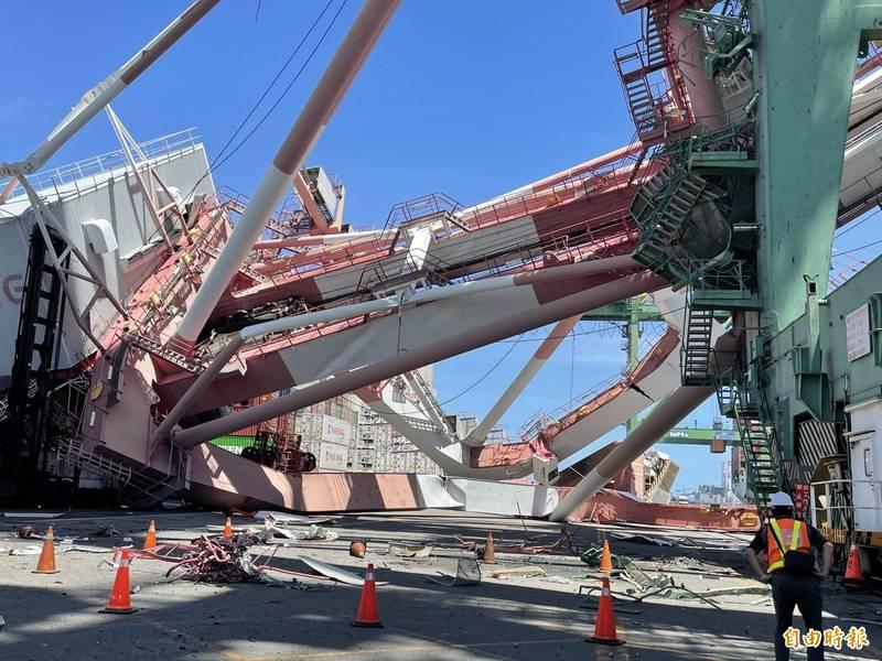 3日高雄港發生橋式起重機倒塌,造成工人受傷送醫的意外,但與網傳內容不符。(資料照)