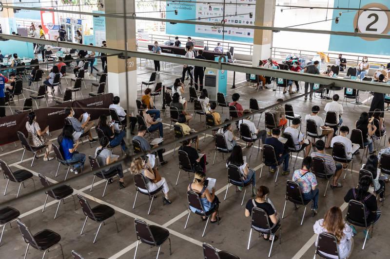泰國7日啟動大規模疫苗接種計畫。圖為曼谷一處接種站。(彭博)