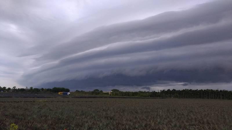 網友Kuo Chang在屏東佳冬的戰備跑道一處,捕捉到了雷雨來臨之前常見的「灘雲」。(圖取自臉書_報天氣 - 中央氣象局)