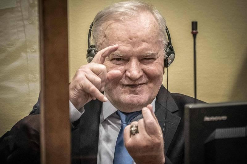 國際法庭8日駁回「波士尼亞屠夫」前波士尼亞塞爾維亞裔軍事指揮官穆拉迪奇(見圖)的上訴,維持無期徒刑判決。圖為他出庭時顯得相當樂觀,坐下時還模仿攝影師。(法新社)