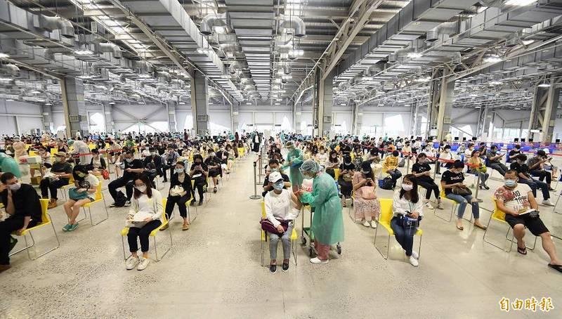 台灣目前已到貨逾1037萬劑進口疫苗,開放施打疫苗對象已排至第10類。(資料照,記者廖振輝攝)