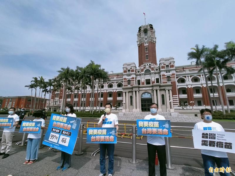 國民黨上週日(6)發起的「挺醫護要疫苗」活動,有20輛從彰化北上的遊覽車,在總統府附近繞行,響應國民黨號召的活動。(資料照)