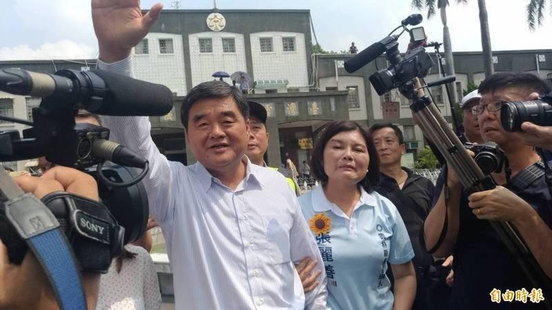雲林縣長張麗善(右)的哥哥、前雲林縣長張榮味(左)上月底才獲假釋出獄,就已完成AZ疫苗注射遭外界質疑。(資料照)