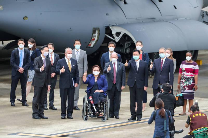 美國聯邦參議員達克沃絲(中間藍衣)、蘇利文(前排右一)及昆斯(前排右三)6日率團訪台,外交部長吳釗燮(前排右二)和美國在台協會(AIT)處長酈英傑等人接機。(中央社)