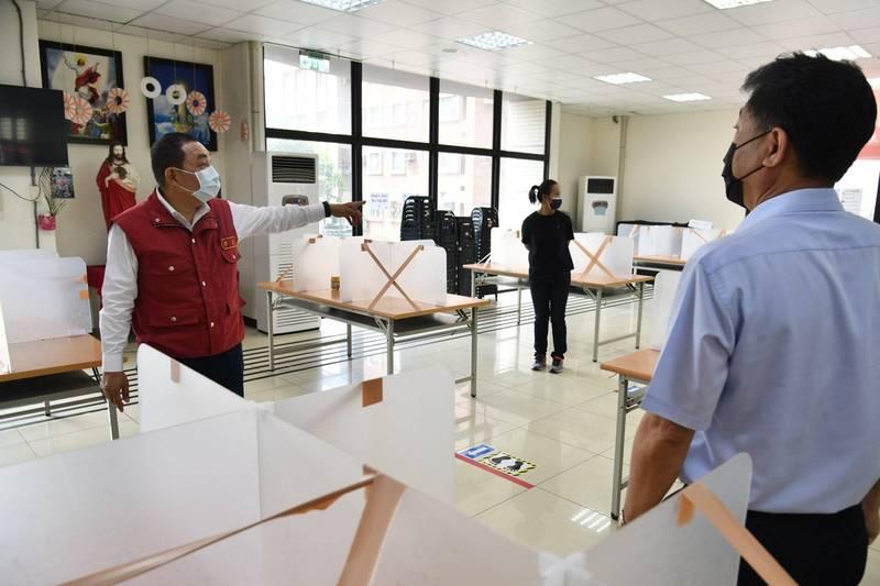 圖為新北市長侯友宜參訪燿華電子防疫措施。(資料照,新北市新聞局提供)