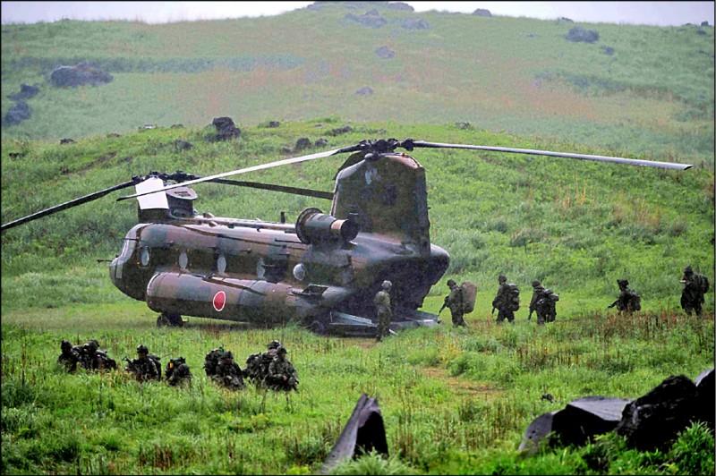 日本自衛隊今年與美軍或外國舉行聯合演習的次數暴增,光是一到五月間就多達三十八次。圖為日本陸上自衛隊、美國陸戰隊和法國陸軍五月十五日在日本霧島舉行陸上聯合演習。(法新社檔案照)