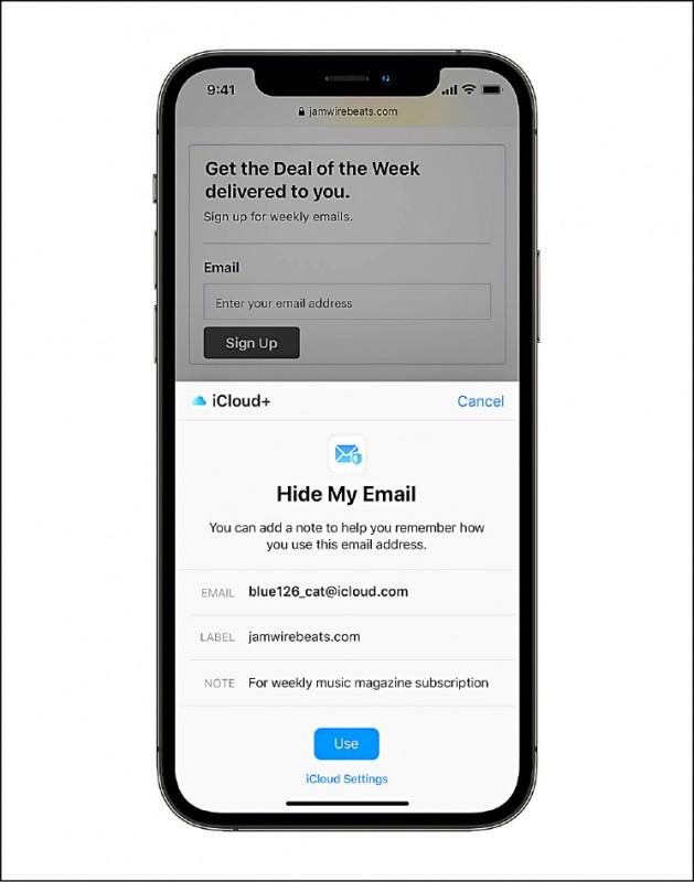 手機畫面顯示蘋果公司推出的新隱私功能,iCloud+中的Private Relay,以及「隱藏我的電郵」(Hide My Email),讓用戶使用隨機配置的單次使用電子郵件地址隱蔽身份。(歐新社)
