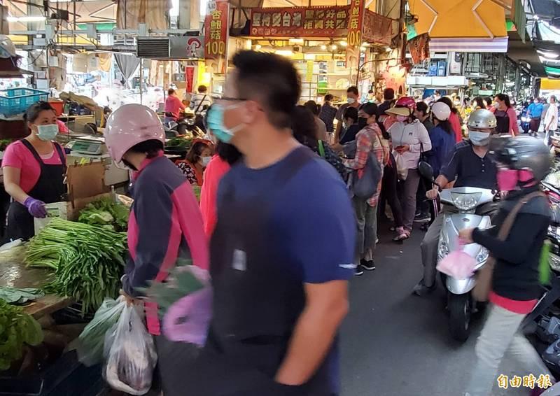 鳳農果菜批發市場人潮多。(記者陳文嬋攝)