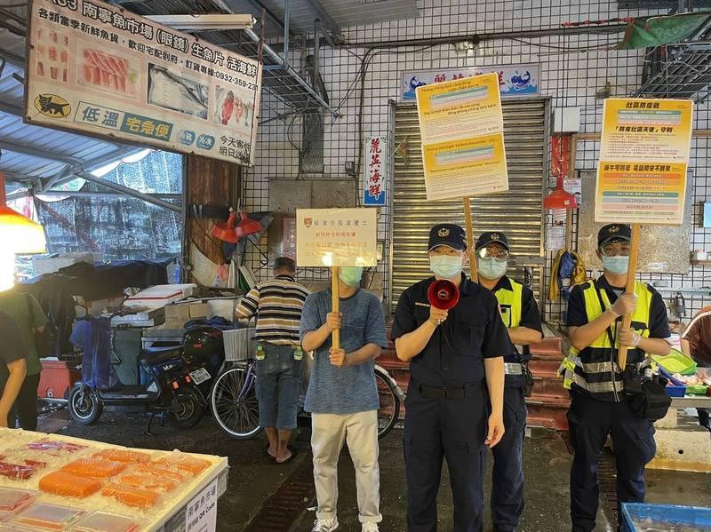 蘇澳警分局放送3種外國語,提醒南方澳外籍漁工遵守防疫規定。(記者江志雄翻攝)