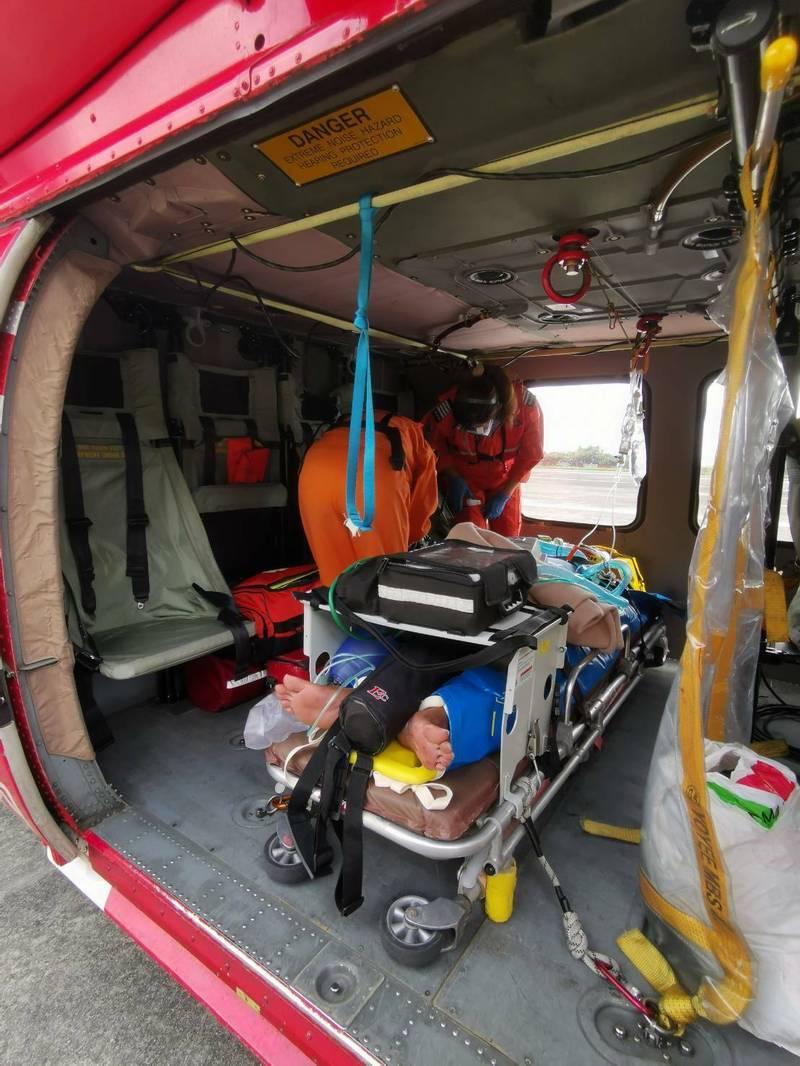 黑鷹直升機跨海馳援因車禍陷入昏迷的呂男。(空勤隊提供)