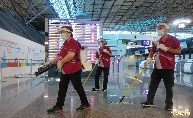 疫情延燒升溫,桃園機場公司防疫再度升級,9日起全面禁止旅客及工作人員於航廈公共空間用餐,並提升消毒頻率為每小時一次。(記者劉信德攝)