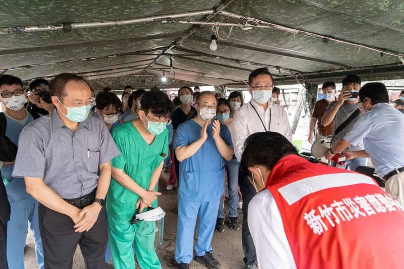 新竹市政府與科管局合作在竹科設置的竹科移工專案篩檢站,5天來共篩5213名移工,有8人PCR陽性,都是竹南科技廠移工,完成階段性任務,市長林智堅感謝醫護人員的辛勞。(市府提供)