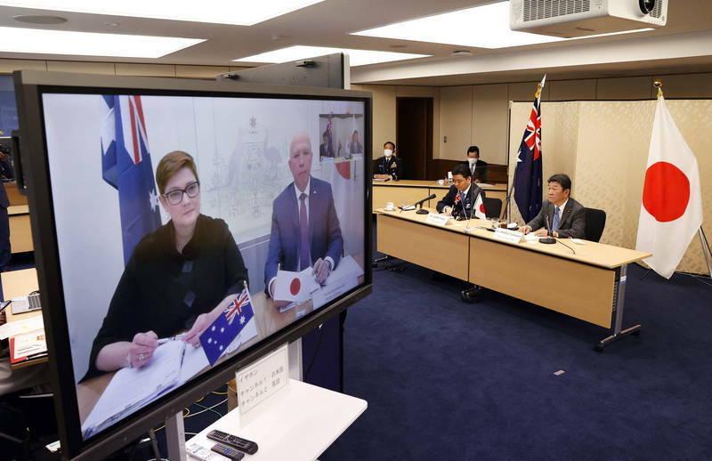 日本外務大臣茂木敏充、防衛大臣岸信夫、澳洲外交部長佩恩、澳洲國防部長達頓視訊出席雙邊會談。(歐新社)