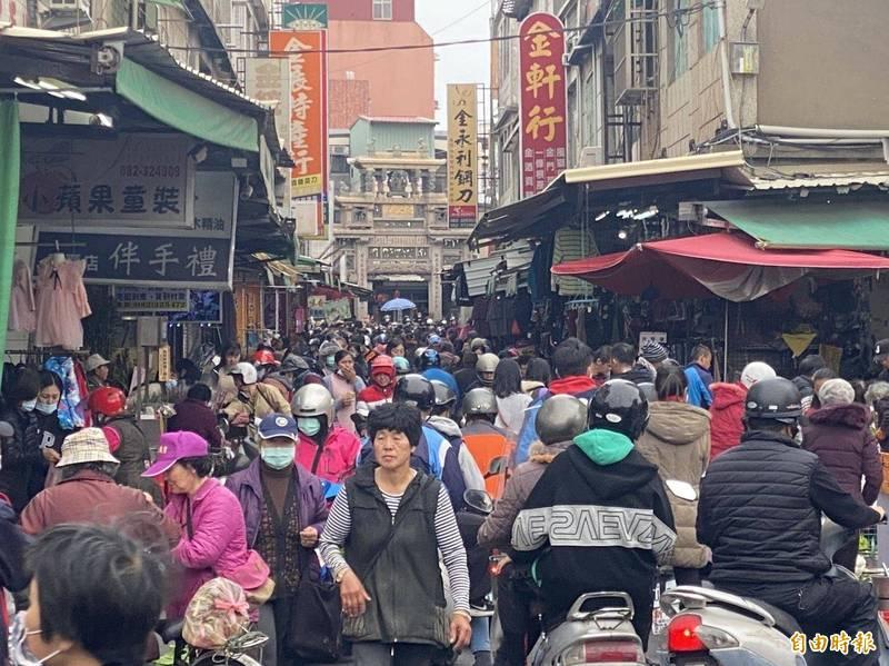 金門傳統市場遇連假人潮洶湧,想要加強人流管控並不容易。(資料照)
