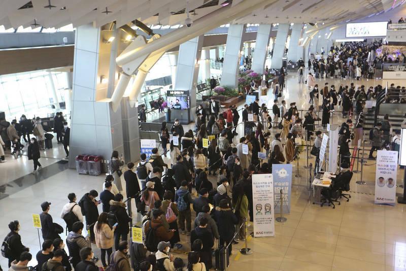 韓國政府今日公布最新「旅遊泡泡方案」,該國人民最快下月便可跟團出境旅遊。(美聯社)