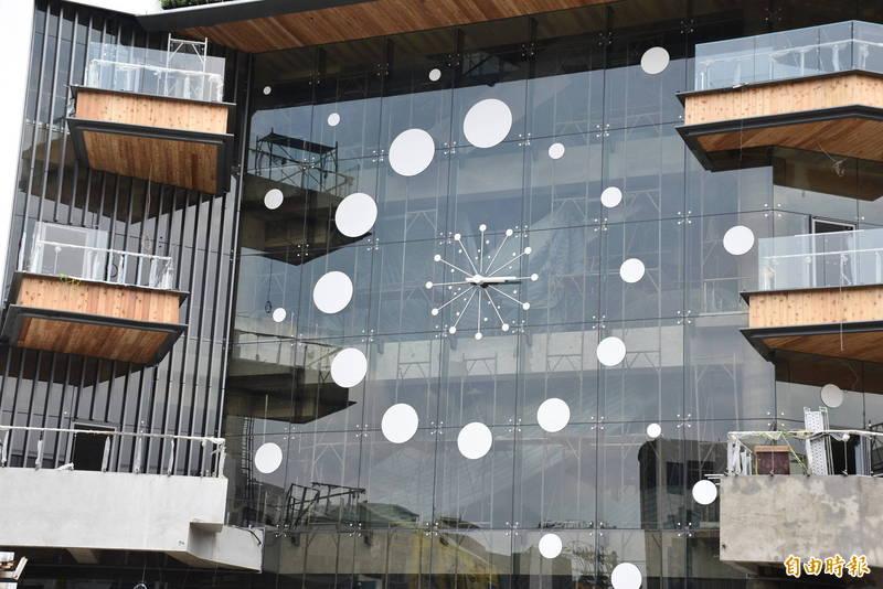 中壢第一公有零售市場新建工程呼應中壢人記憶的「大時鐘」,在主外觀設置大片透明玻璃帷幕。(記者李容萍攝)
