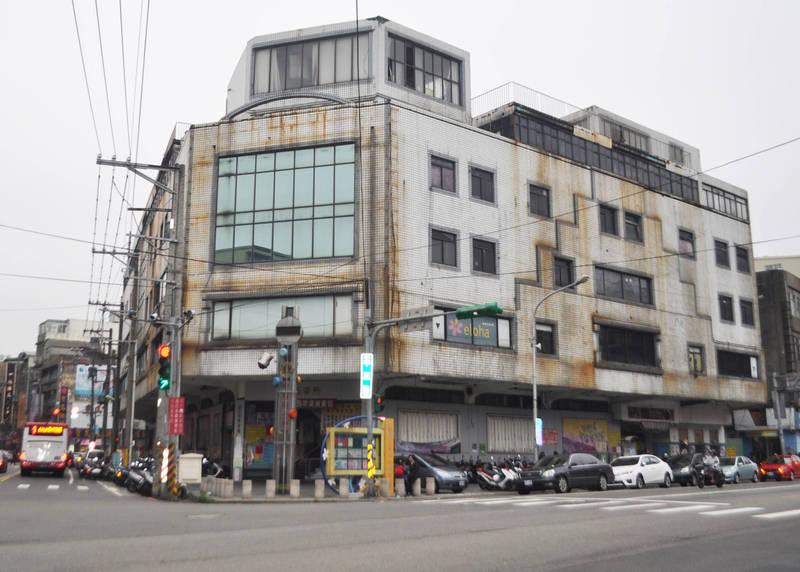 原中壢第一公有零售市場大樓全景,圖前中為「大時鐘」的鐘塔。(記者李容萍翻攝)