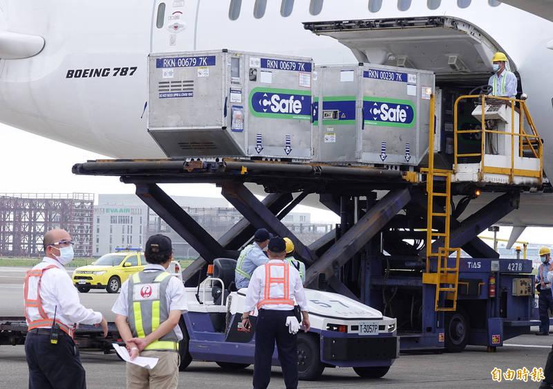 日本政府向台灣提供124萬劑AZ疫苗4日運抵桃園機場。(資料照)