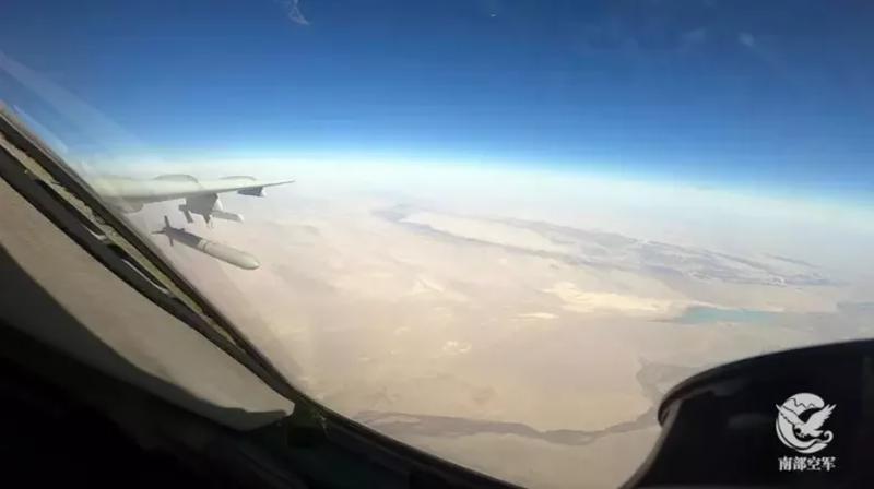 解放軍「轟-6K」轟炸機發射巡弋飛彈畫面首次公開。(圖擷自微信公眾號「南部空軍」)