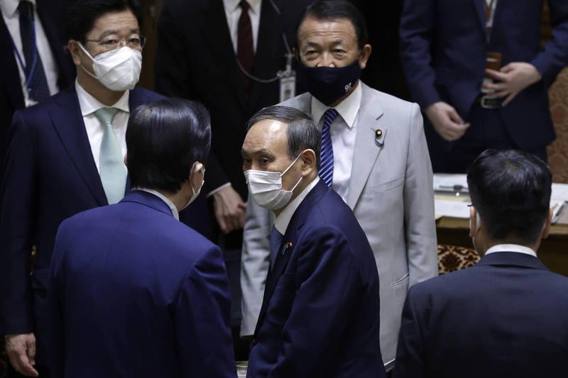日本首相菅義偉9日在黨魁會議中表示,希望今年10到11月,全日本民眾都能完成接種疫苗。(彭博)