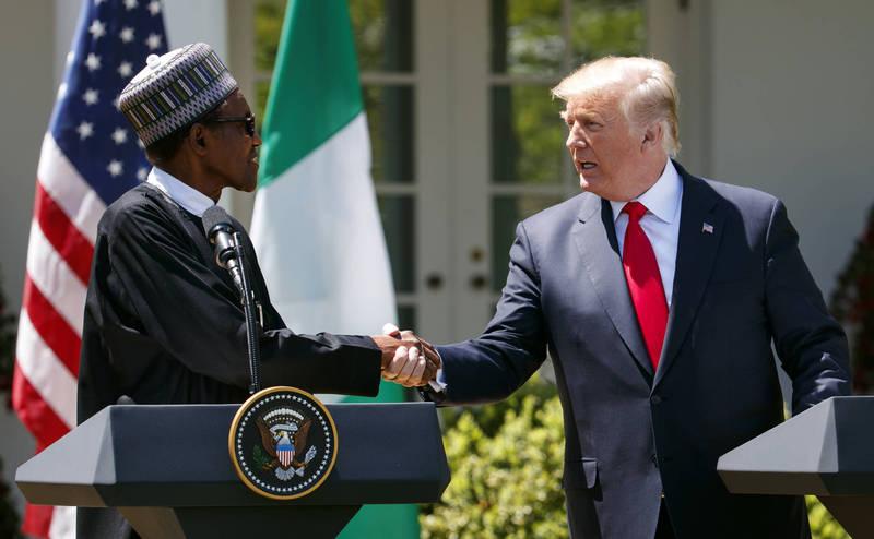 奈及利亞總統布哈里(左)因推文含騷擾或恐嚇內容遭推特刪文後,下令全國禁用推特,此舉受到美國前總統川普(右)讚賞。(美聯社)