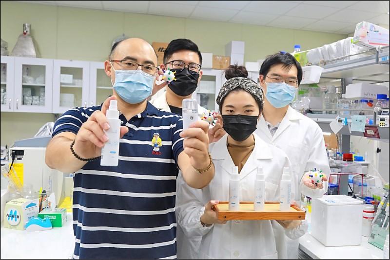 中山大學醫科所副教授楊閎蔚(左一)率團隊研發「奈米盾」防疫噴霧,有效阻隔空氣中病毒。(中山大學提供)