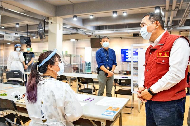 新北市長侯友宜(右)視察鴻海精密公司,肯定鴻海自購快篩試劑及成立篩檢站,保護員工和企業。(新北市政府提供)