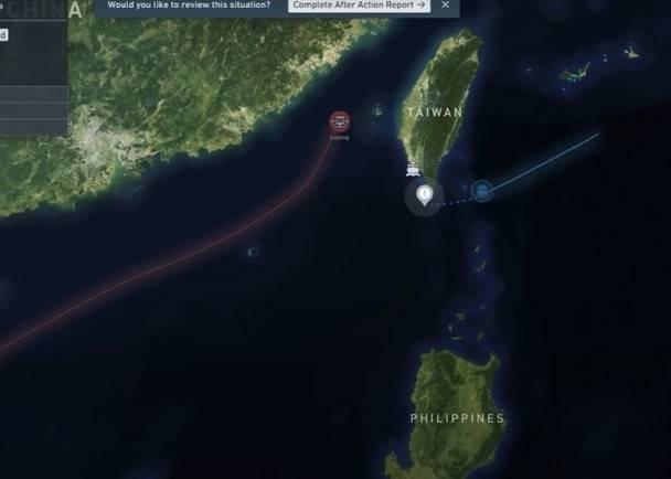 模擬危機影片顯示,美國軍艦(藍線)接近台灣時,解放軍艦艇(紅線)駛離台灣。(YouTube影片擷圖)