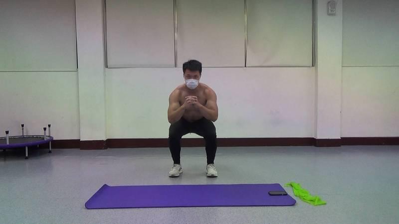 羅文廷示範6個適合在家的簡單運動,讓大家舒展筋骨、保持健康,圖為深蹲示範。(圖由羅文廷提供)