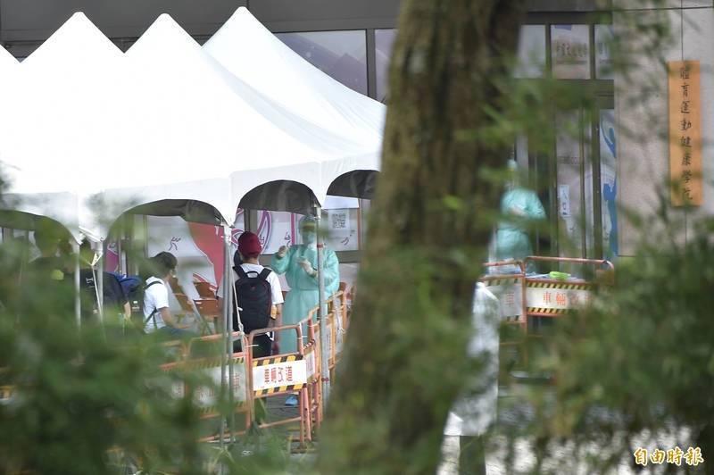 文化大學爆出4名住宿學生確診,台北市政府2日成立機動快篩隊,協助學生快篩。(資料照)