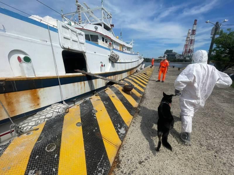 海巡人員帶著偵蒐犬上船執行偵蒐任務。(海巡南部分署第11岸巡隊提供)