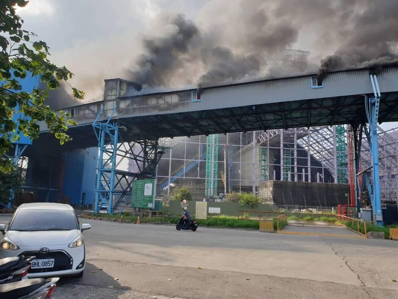 中火發生火災,黑煙竄天,市議員要求環保局監測是否有產生有毒氣體。(民眾提供)