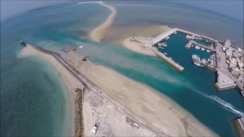 鳥嶼港航道淤積嚴重,澎湖縣政府發包疏浚。(澎湖縣政府提供)