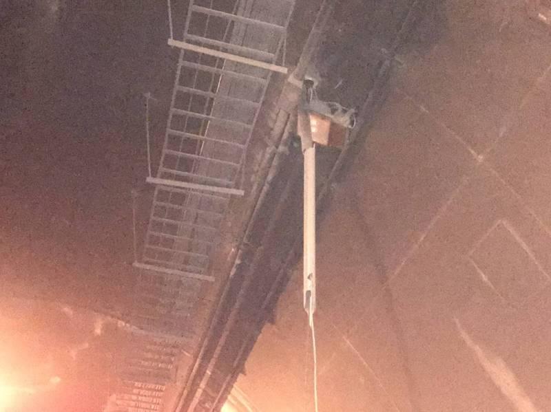 蘇花公路匯德隧道內電線,因不明原因垂落,造成3輛貨車勾到受損。(記者王峻祺翻攝)