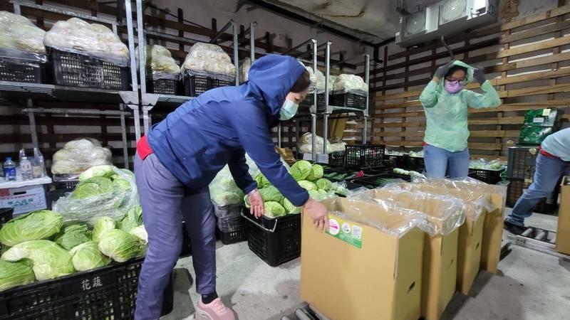 花蓮縣蔬菜運銷合作社因應疫情,將經檢驗合格的安全蔬菜打包,推出「花蔬安全蔬菜」宅配服務,迄今3週時間,每週熱賣超過700箱,其中9成銷往外縣市。(記者王峻祺翻攝)