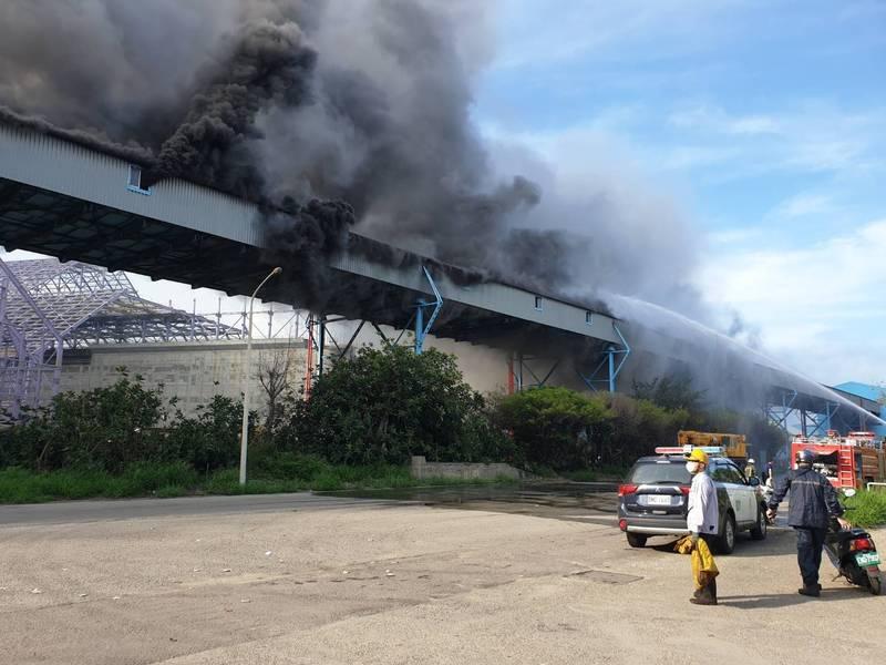 中火輸煤轉運塔今天發生大火。(翻攝自記者爆料網)