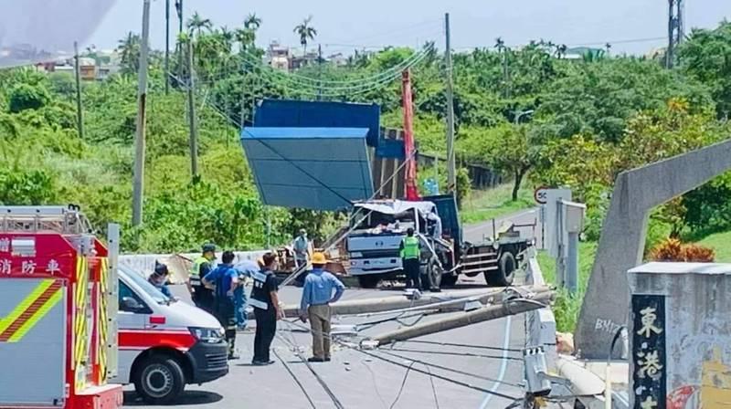 東港溪新園端河堤道路剛剛發生嚴重車禍。(民眾提供)