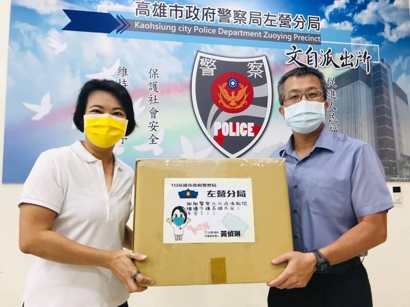 黃偵琳捐贈口罩給轄區員警,感謝警方在防疫工作上的付出。(記者王榮祥翻攝)
