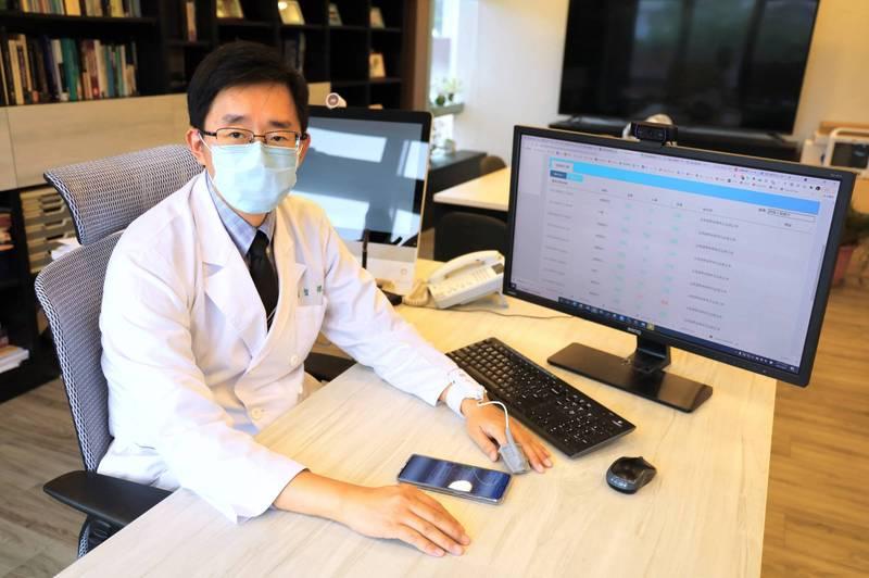 國立陽明交通大學數位醫學中心主任楊智傑與中華電信共同合作「COVID-19血氧監測雲端平台」,及時監測病人的血氧。(陽明交大提供)
